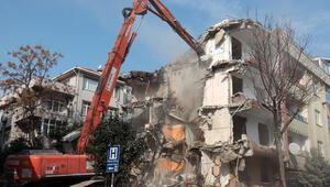 İstanbul'da 5.8'lik depremin ardından hasar gören binanın yıkımı gerçekleştirildi
