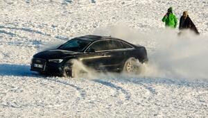 Çıldırda buz üstünde heyecanlı drift