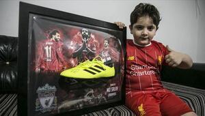 Savaşın engelli bıraktığı çocuğun Muhammed Salah imzalı krampon mutluluğu