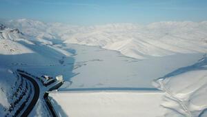Yüksekovada baraj gölü dondu