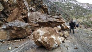 Şırnak-Beytüşşebap yoluna kaya parçası düştü