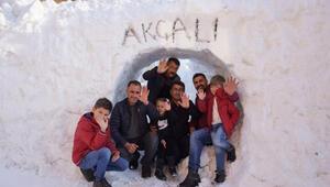 Yüksekovalılar evlerine 'kar tünelinden girip, çıkıyor