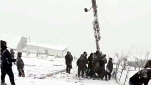 Rusyada devrilen elektrik direğini kaldırmaya çalışan köylülerin zor anları