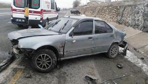 Otomobil istinat duvarına çarptı: 6 yaralı