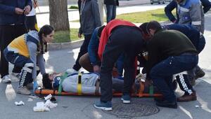 Okul servisiyle çarpışan motosikletli yaralandı