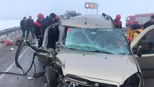 Hafif ticari araç, TIRa çarptı: 5 yaralı