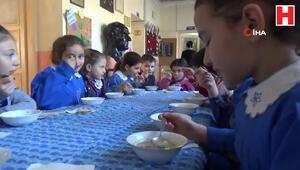 18 yıllık öğretmen, öğrencilerine her sabah çorba pişiriyor