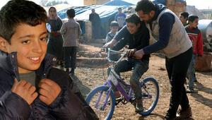 Babamdan sonra ceket alan olmadı diyen Suriyeli Fuada mont ve bisiklet hediyesi