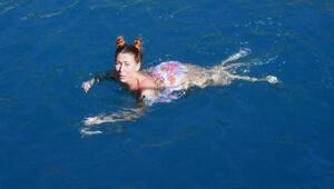 Antalyada Rus turistler denize girdi