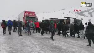 Erzuruma giden Bursaspor taraftar otobüsü Aşkalede kaza yaptı