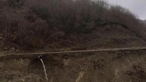 Heyelan köy yolunu kapattı