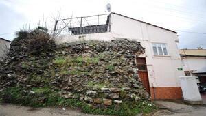 Tarihi surların üzerine ev yapmışlar