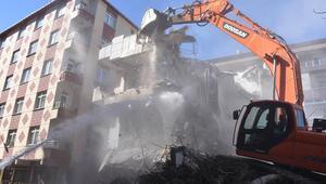 Bahçelievlerde 3 bina daha yıkıldı