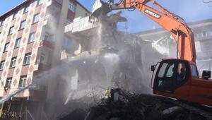 Bahçelievlerde ağır hasarlı 3 bina daha yıkıldı