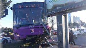 Son dakika haberler... Ataşehirde feci kaza Reklam panosuna çarptı, havada asılı kaldı
