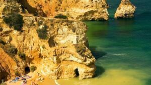 Sarp kayalıkların arasında saklı altın kumlu plaj: Praia Do Camilo