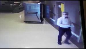 Yemek dağıtmak için girdiği hasta odalarından hırsızlık yapan şüpheli kamerada