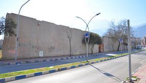 'Berlin Duvarı bile yıkıldı, bizim duvar hâlâ yıkılmadı'