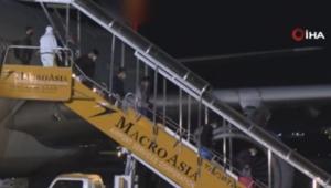 Karantina gemisinden tahliye edilen Filipinliler ülkesine döndü
