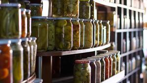 Satılmayan sebze ve meyveleri toplayıp tam 110 çeşit turşu kuruyor