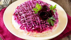 Farklı lezzetler arayanlar bu rengarenk salatayı denemeli