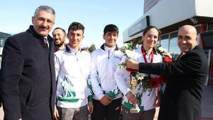 Alpin şampiyonu çiçeklerle karşılandı
