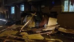 Zeytinburnu'nda binanın çatısı otomobilin üstüne uçtu
