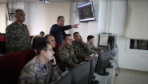 Son dakika haberler: Bakan Akar ve komutanlar sınırdaki Komuta Merkezinde