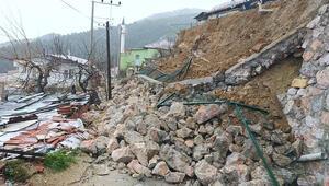 Soma'da istinat duvarı çöktü, mahallenin yolu kapandı