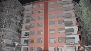 Depremde ağır hasar gören apartmanın kapı, pencere ve korkulukları çalındı