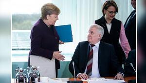 Koronavirüs nedeniyle Merkel'in elini sıkmadı