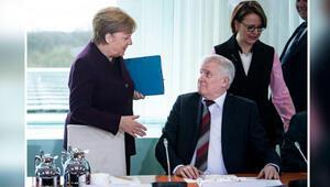 Almanya İçişleri Bakanı, koronavirüs nedeniyle Merkel'in elini sıkmadı
