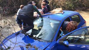 Kocaeli TEMde kontrolden çıkan otomobil dereye uçtu: 2 yaralı