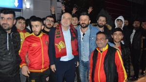 Yeni Malatyaspor taraftarından Hikmet Karaman'a coşkulu karşılama