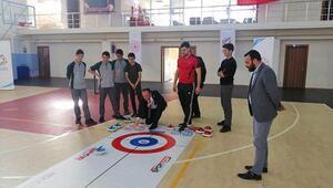 Kaymakam Akpınar, gençlerle curling oynadı