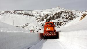 Nemrut Dağı'nın kar nedeniyle kapanan yolu açılıyor