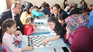 Çocuklarıyla birlikte satranç öğreniyorlar