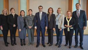 Bakan Dönmez 'Türkiye'ye Enerji Veren Kadınlar' jürisiyle bir araya geldi