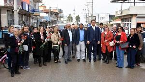 İYİ Partili Başkan, kadınlara 2 bin 500 sümbül dağıttı