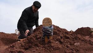 Kızının mezarı başında gözyaşı döktü