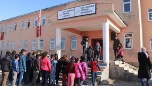 Vanda depremzede öğrenciler, 15 günlük tatilin ardından dersbaşı yaptı