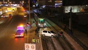 Refüje çarpan hafif ticari araç, tramvay yoluna girdi