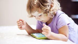 3 yaşında önce tablet ve telefon kullanan çocukların konuşması gecikebilir