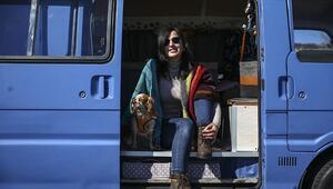 Karavana çevirdiği minibüsle hayallerinin peşinden gidiyor