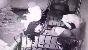Kadın kıyafeti giyen silahlı soyguncular kamerada