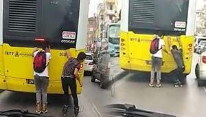 Otobüsün arkasına takılan patenli gençlerin tehlikeli yolculuğu kamerada