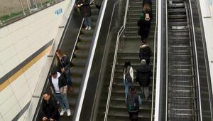 İstanbul Çekmeköydeki metro istasyonunda yürüyen merdiven çilesi