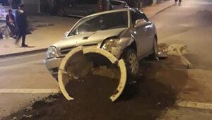 El freni çekilmeyen otomobil, refüjdeki saksıya çarptı