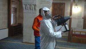 Kiliste dezenfekte çalışmaları sürüyor