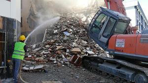 Esenlerde 7 katlı riskli bina yıkıldı